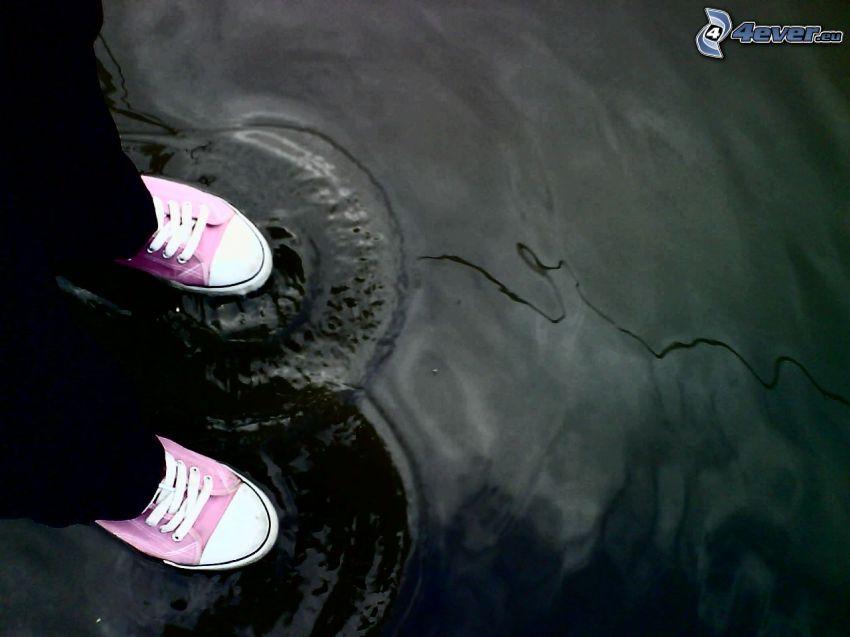 zapatillas de color rosa, charco, ola, agua