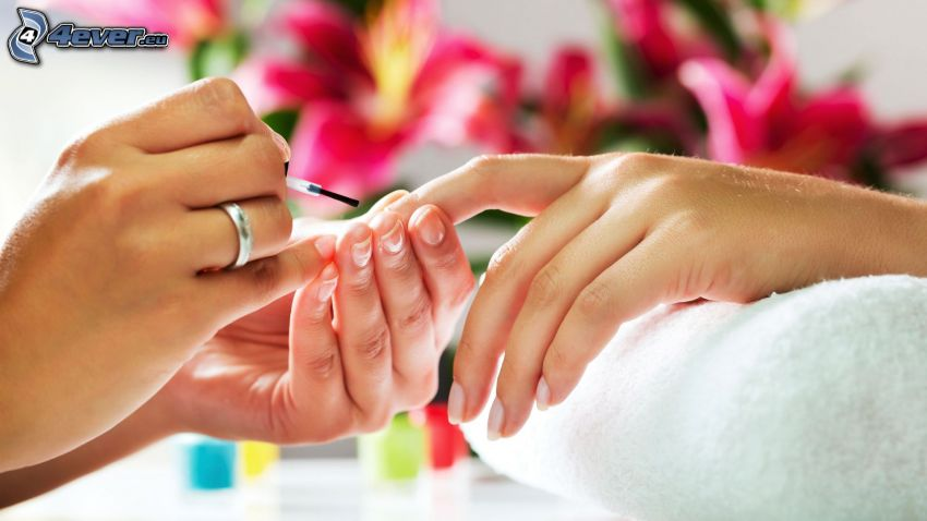 esmalte de uñas, toalla, flores de color rosa