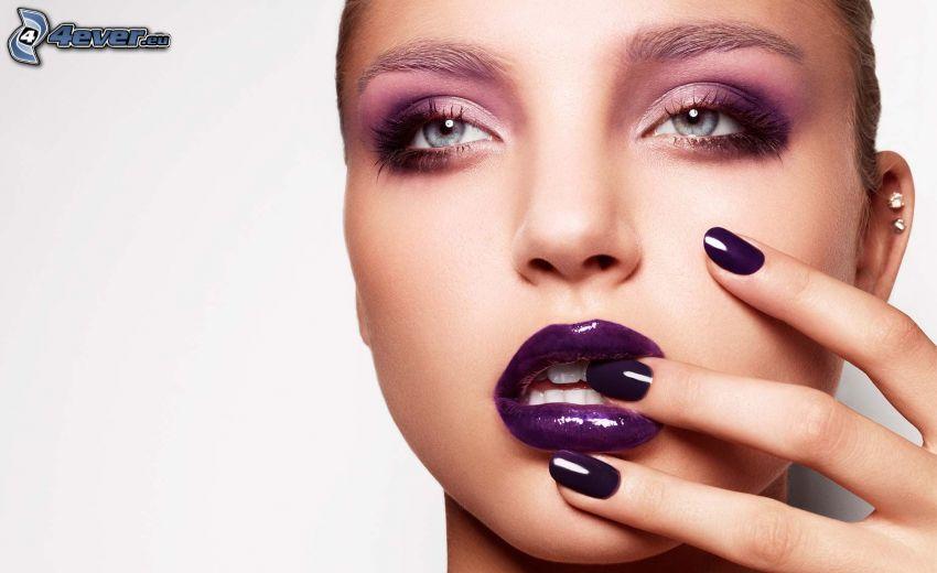 mujer con maquillaje, labios púrpura, uñas pintadas