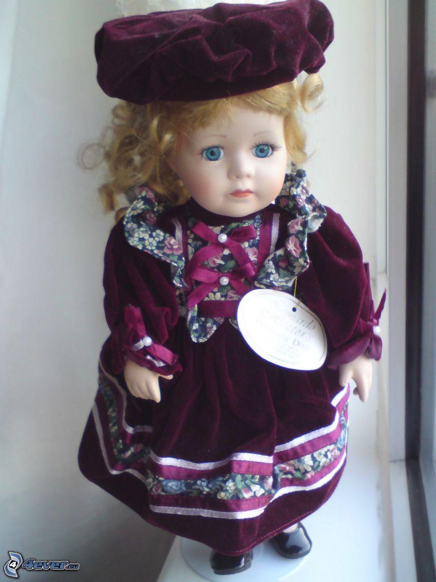 muñeca de porcelana, vestido púrpura