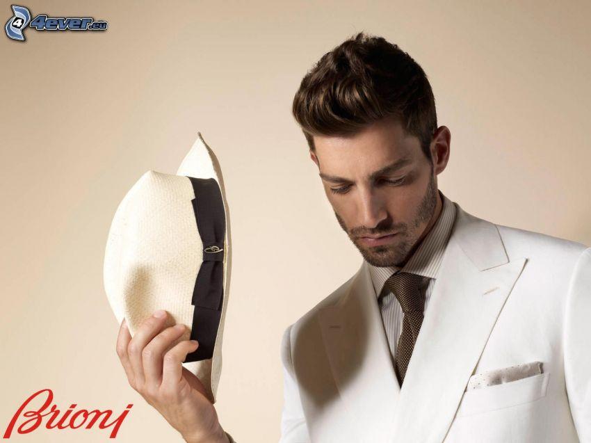Brioni, traje blanco, elegancia, sombrero