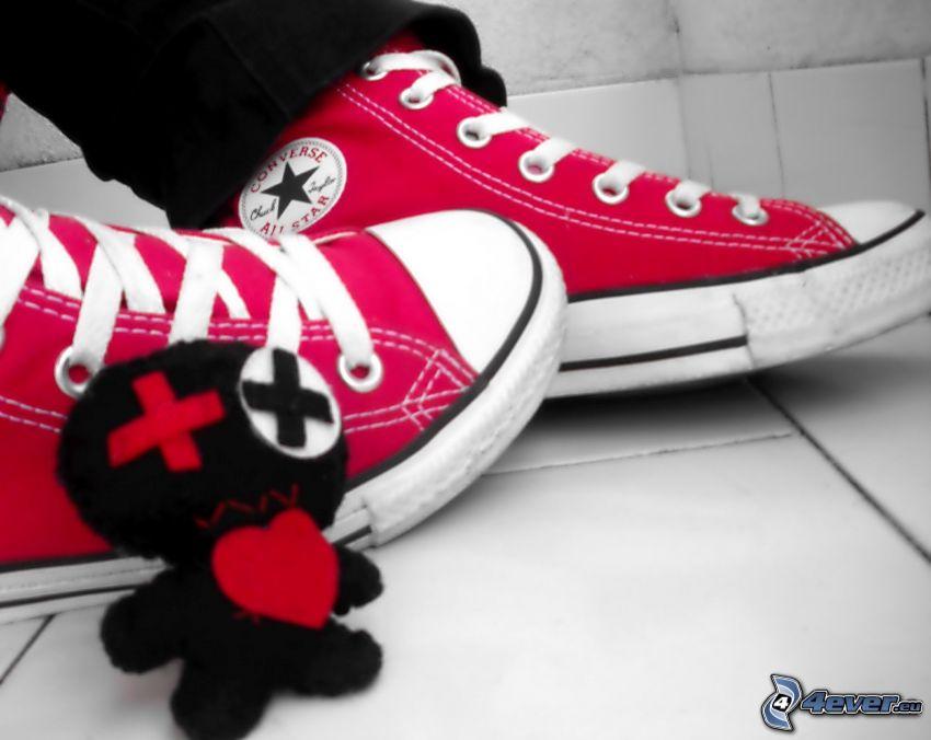 Converse, zapatillas de color rosa, muñeco