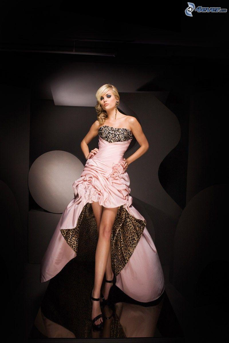 rubia, vestido de color rosa, piernas largas