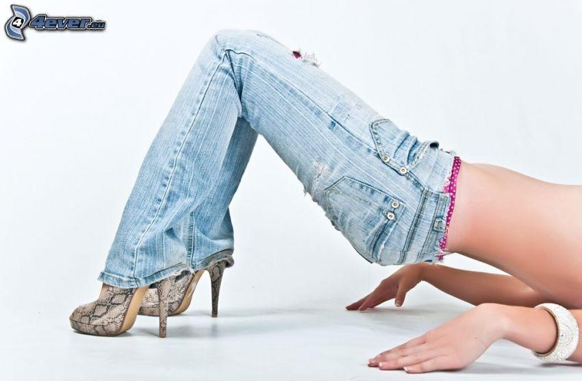 vaqueros, zapatos con tacón, cuerpo femenino, puente sexy