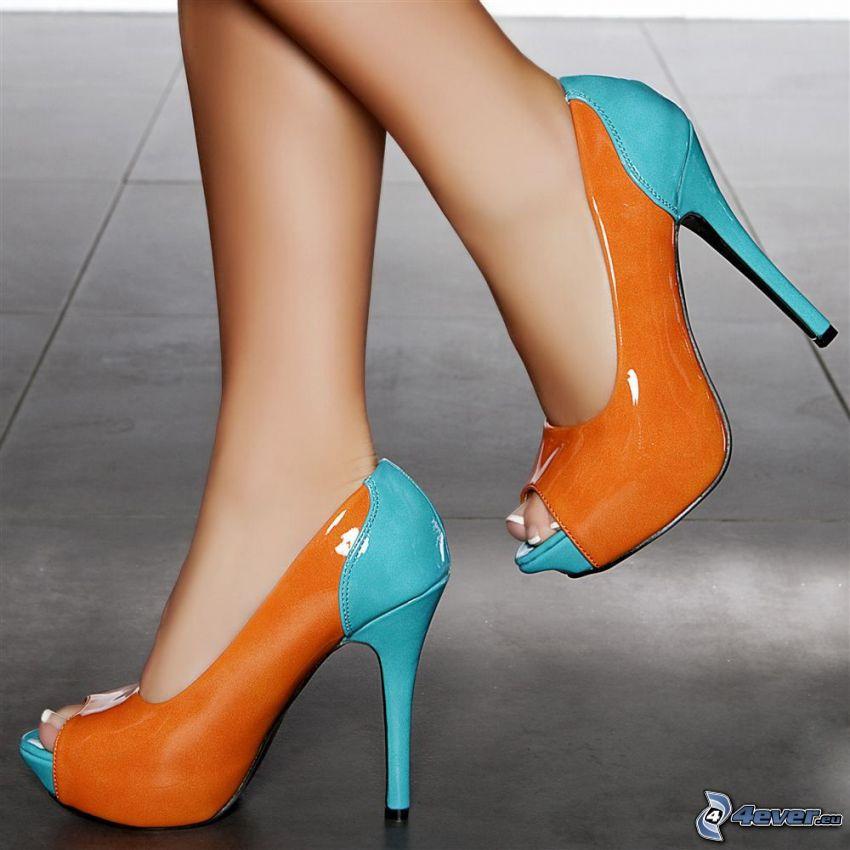 zapatos con tacon coloridos, pies