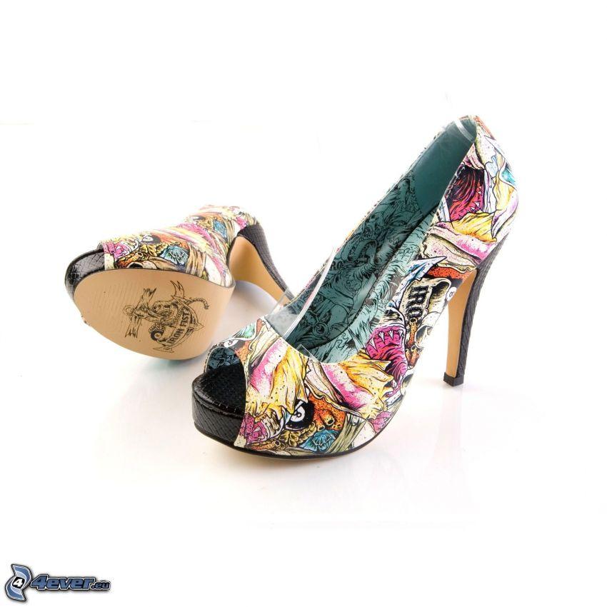 zapatos de gala con graffitis