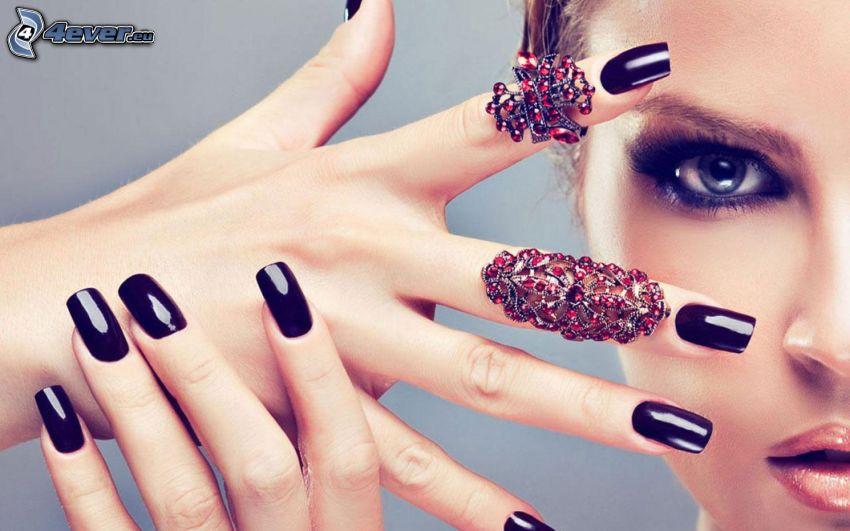 uñas pintadas, anillos, cara