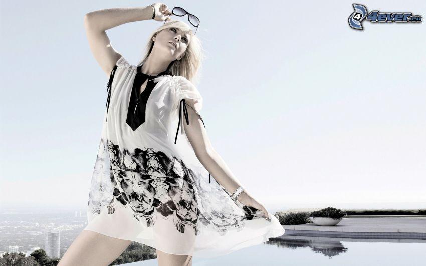 vestido blanco, rubia, gafas, piscina