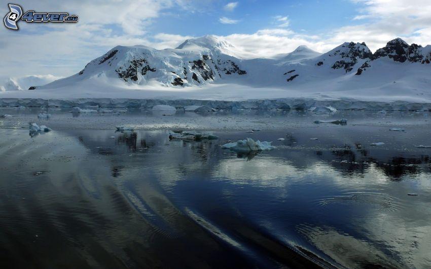Antártida, lago, colinas cubiertas de nieve