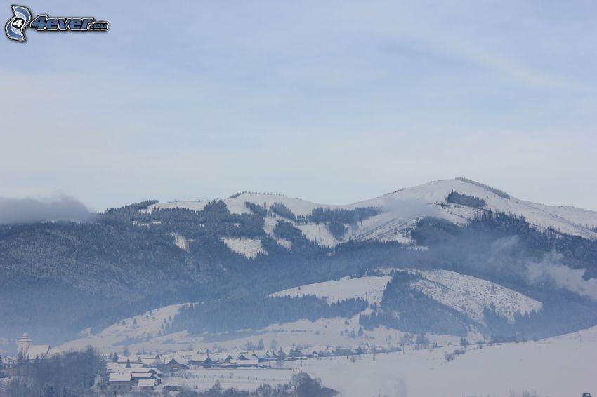 Bajo Tatra, Polomka, Eslovaquia, montañas nevadas, pueblo nevado