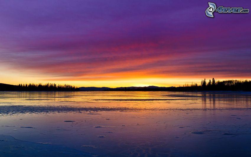 calma y un lago de noche, después de la puesta del sol