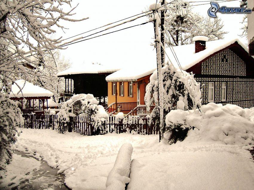 casa cubierta de nieve, corriente