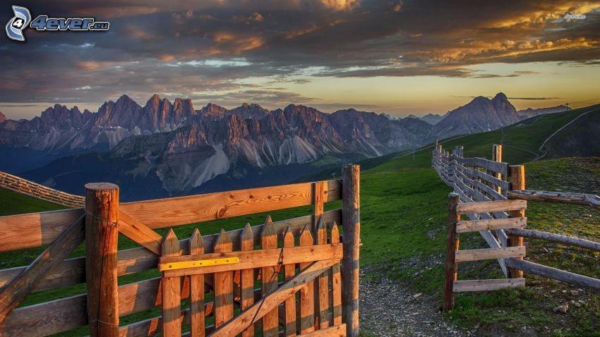 cerco de madera, camino de campo, montaña rocosa, nubes oscuras