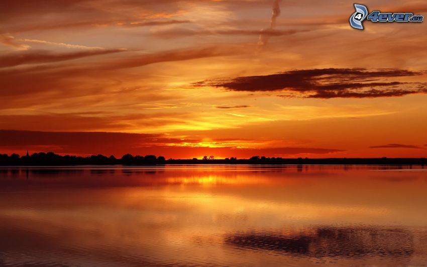 cielo anaranjado, lago, horizonte