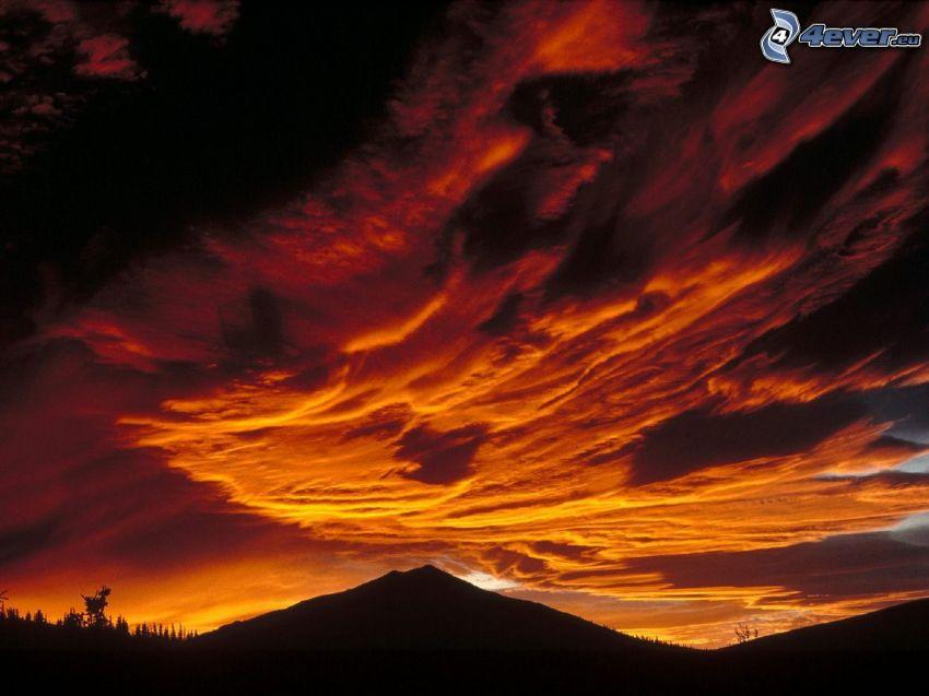 colina, nubes naranjas