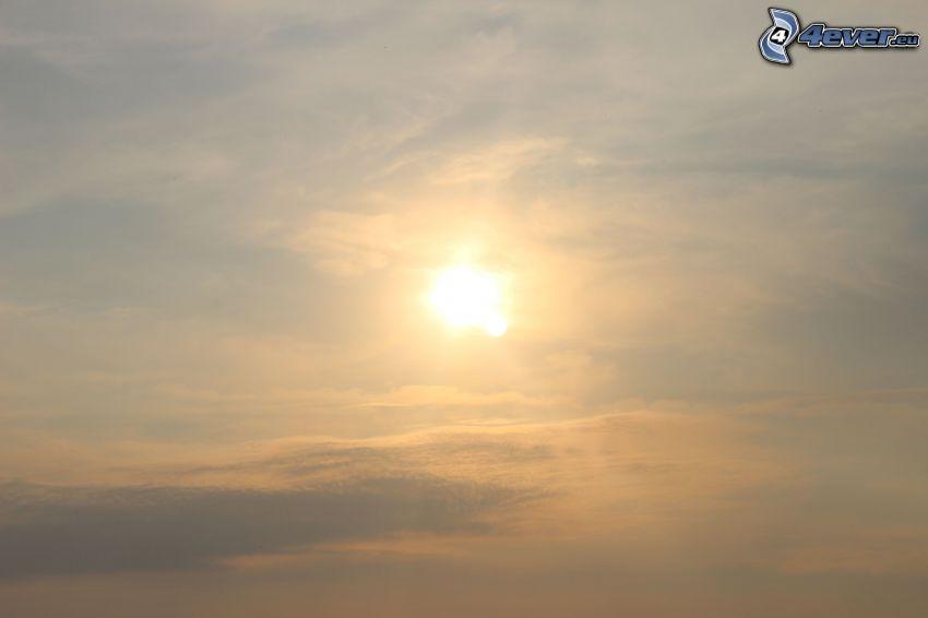 el sol detrás de los nubes