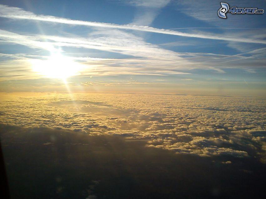 encima de las nubes, sol, marcas de condensación