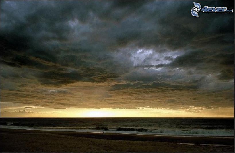 nubes oscuras sobre la playa, atardecer oscuro, mar turbulento