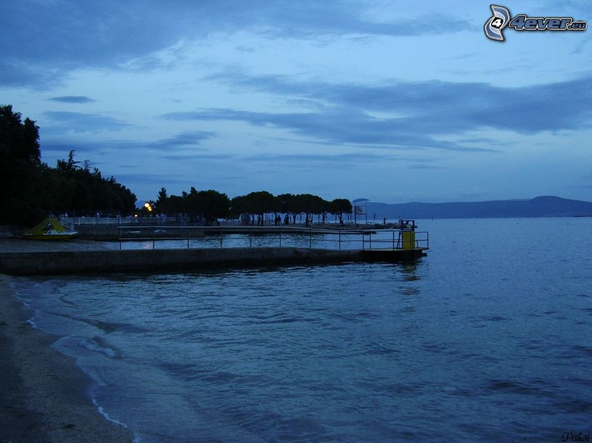 puerto en el lago, agua