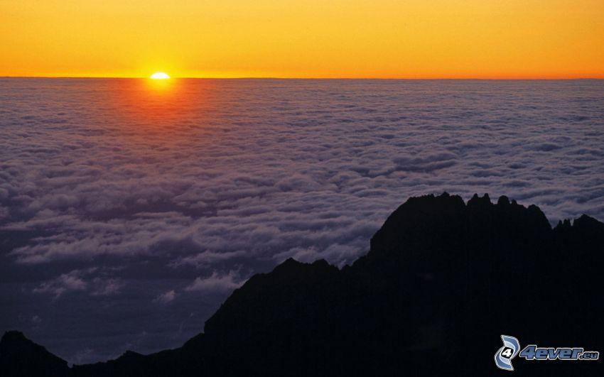 puesta de sol sobre las nubes, montaña