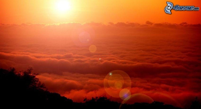 puesta de sol sobre las nubes, puesta de sol anaranjada