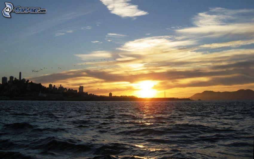 puesta de sol sobre un lago