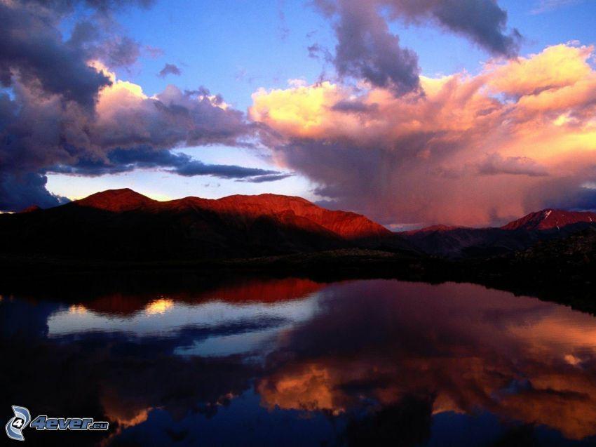 colina, lago, reflejo, nubes