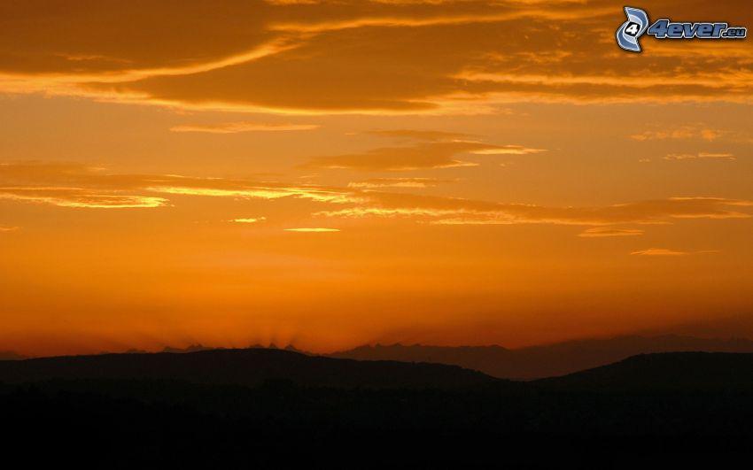 después de la puesta del sol, cielo anaranjado