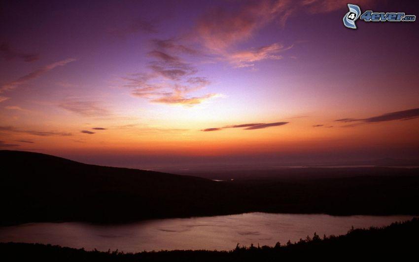 después de la puesta del sol, río