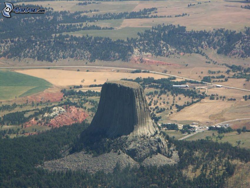 Devils Tower, roca, camino, bosques y praderas