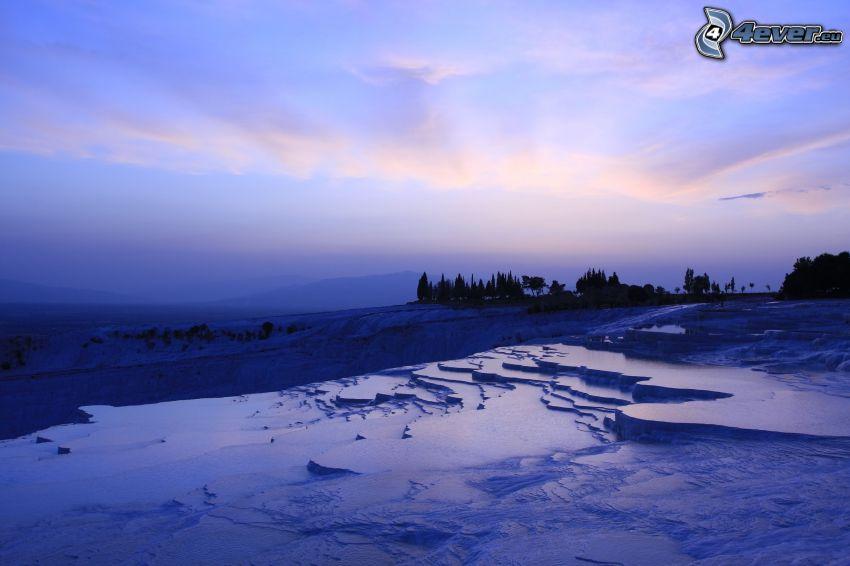 estanque del patio, después de la puesta del sol