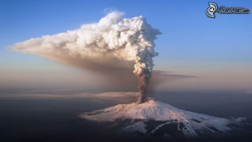 Etna, erupción de volcán, montaña nevada, nube volcánica