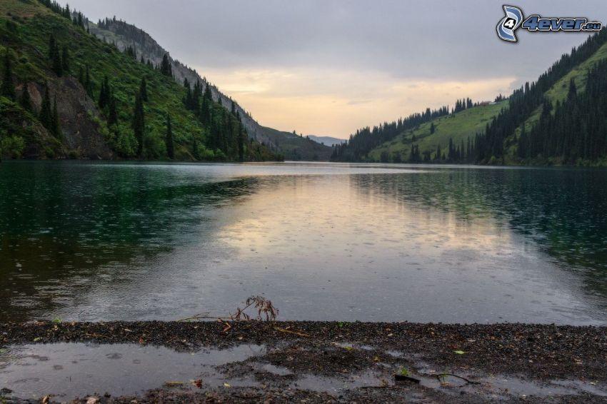 Kolsai Lakes, lago de montaña, colina