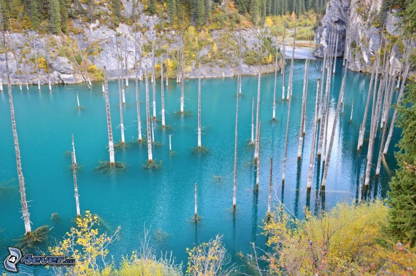 Kolsai Lakes, lago de montaña, rocas, árboles