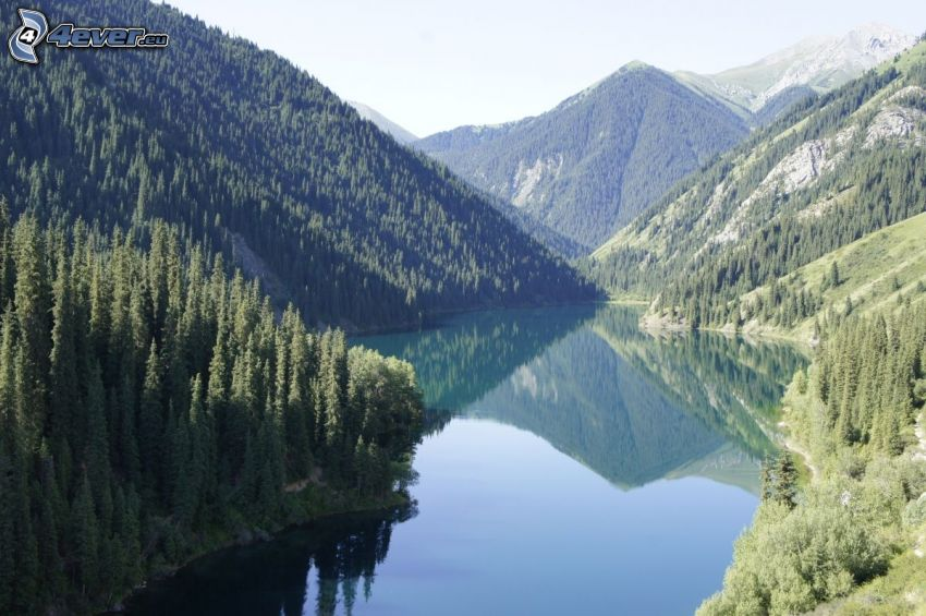 Kolsai Lakes, lago de montaña, sierra