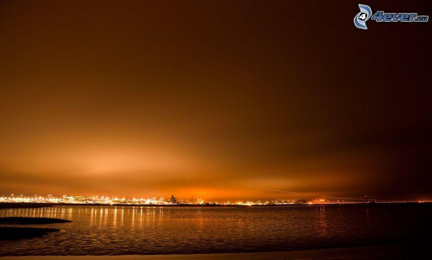 lago, después de la puesta del sol, luces