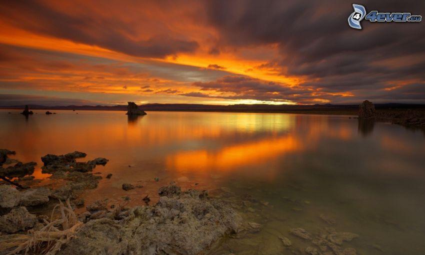 lago, después de la puesta del sol, nubes