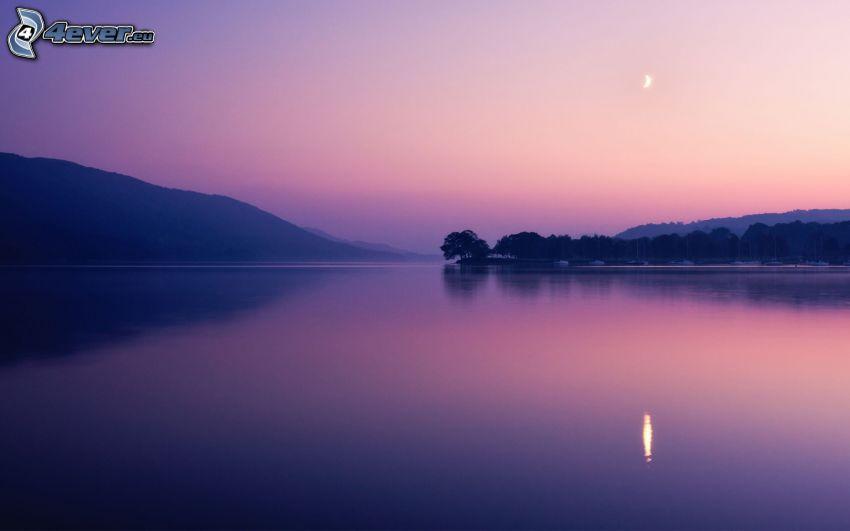 lago grande, después de la puesta del sol, cielo de color rosa