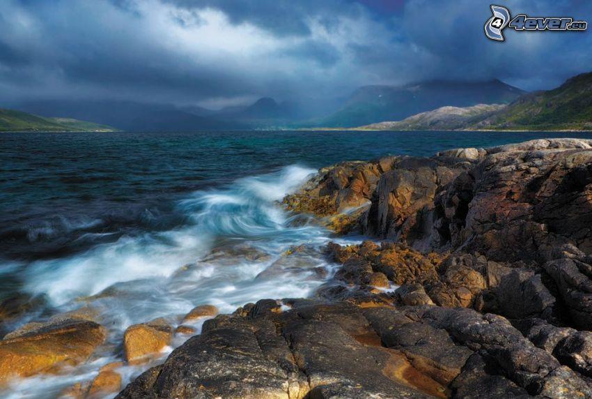 lago grande, rocas, nubes