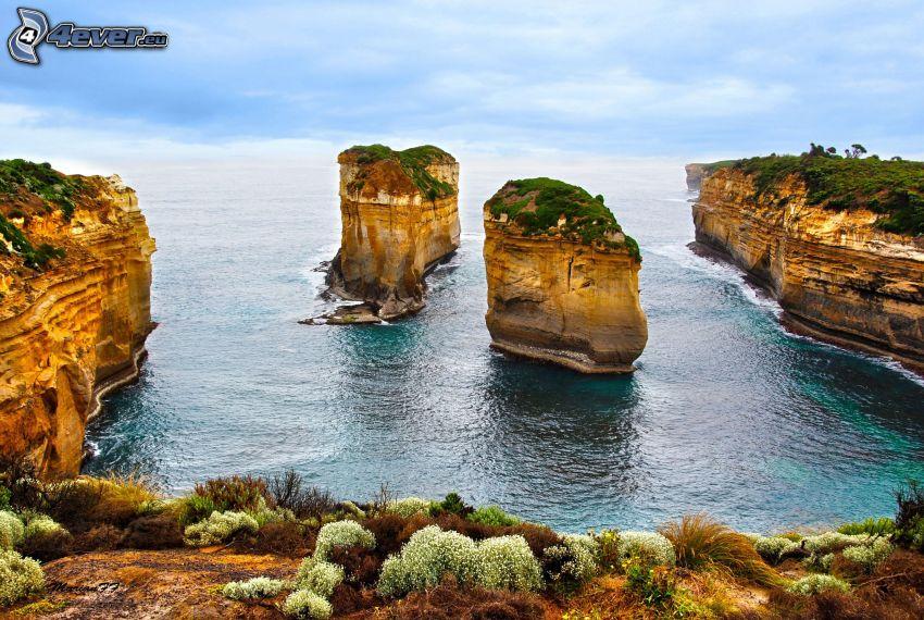 acantilados costeros, arroyo, rocas en el mar