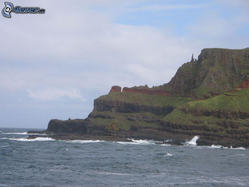 acantilados costeros, mar turbulento, olas en la costa, rocas