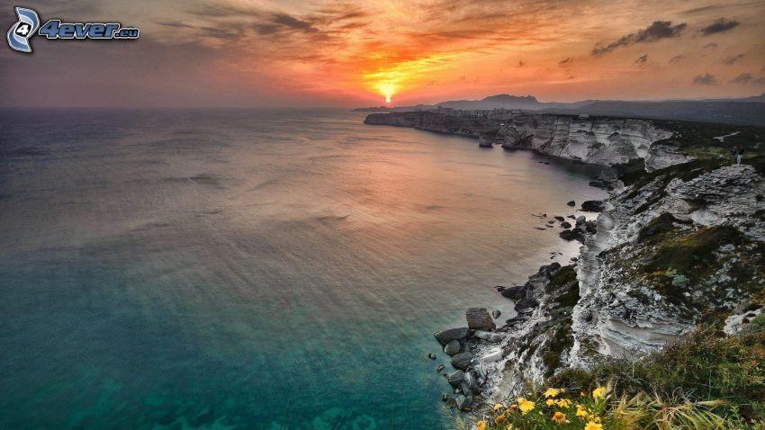 acantilados costeros, puesta de sol sobre el mar, vista al mar