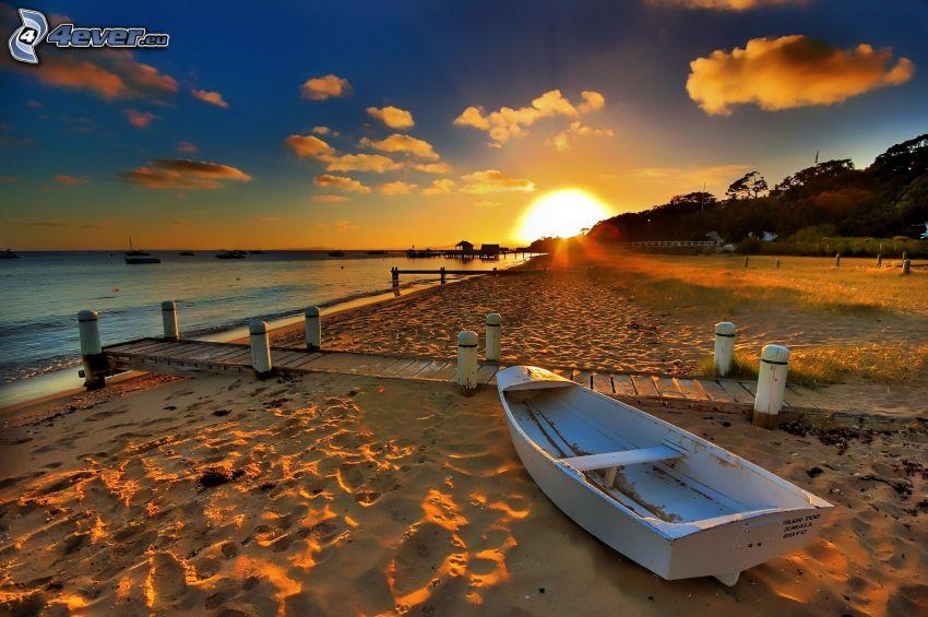 barco de madera, playa de arena, muelle de madera, puesta de sol en el mar