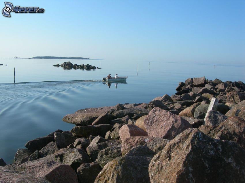 barco en el mar, piedras