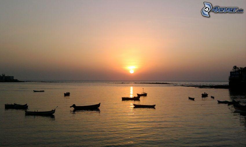 barcos, puesta de sol sobre el mar