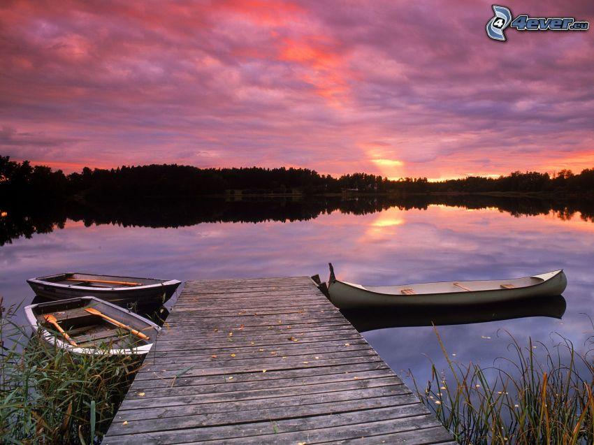 barcos en el lago, muelle de madera, puesta de sol púrpura