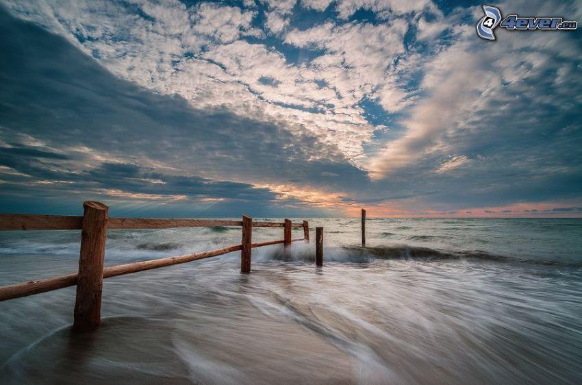 cerco de madera, mar, nubes, después de la puesta del sol