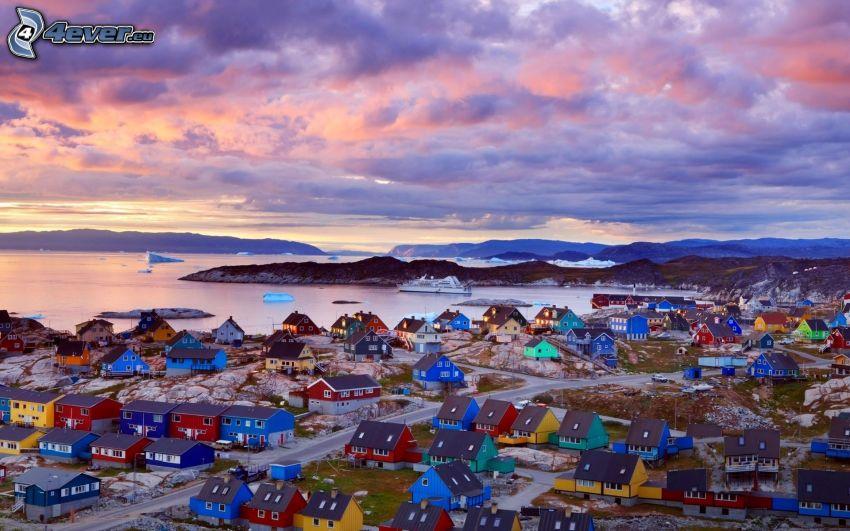 ciudad costera, casitas, nubes, después de la puesta del sol