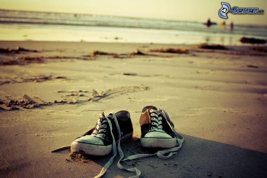 Converse, zapatos deportivos, playa de arena, mar