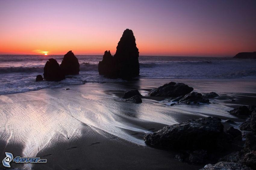 costa al atardecer, playa rocosa, piedras